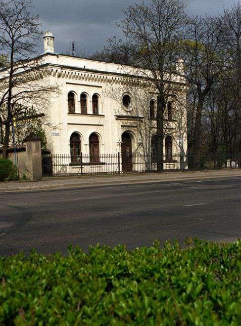 Legnica (Liegnitz). Neoromański dom przedpogrzebowy z 1877 roku na cmentarzu żydowskim. Fot. Piotr Piluk (2002)