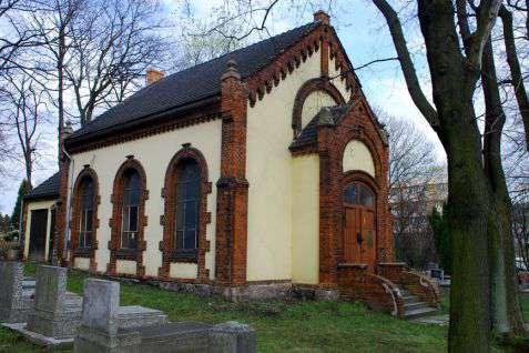 Wałbrzych (Waldenburg). Dom przedpogrzebowy z 1902 roku na cmentarzu żydowskim, który jest nadal czynny. Fot. Piotr Piluk (2012)