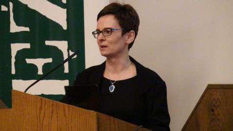 """Prof. dr hab. Inga Iwasiów podczas dyskusji """"Uniwersytet otwarty"""""""