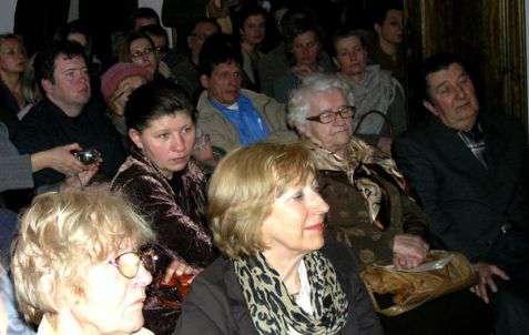 """Uczestnicy Adlojady podczas wystąpienia Róży Król """"Święta żydowskie"""""""
