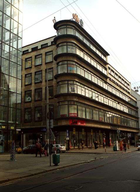 Wrocław (Breslau). Dawny dom handlowy Petersdorf z 1928 roku przy ulicy Szewskiej, zaprojektowany przez Ericha Mendelssohna – niemieckiego architekta doby modernizmu, z pochodzenia Żyda. Fot. Piotr Piluk (2002)
