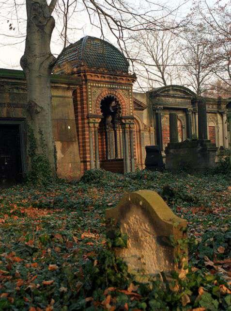 Wrocław (Breslau). Mauzoleum przemysłowca Maksa Kaufmanna (1796–1871) na cmentarzu żydowskim przy ulicy Ślężnej. Fot. Piotr Piluk (2002)