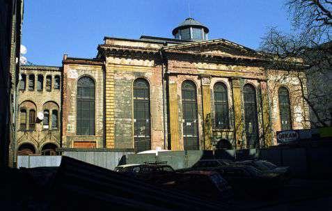 Wrocław (Breslau). Synagoga pod Białym Bocianem z 1829 roku podczas prac remontowych. Zaprojektowana przez Carla Ferdinanda Langhansa, służyła społeczności żydowskiej do 1970 roku. Ponownie otwarta po remoncie w 2010 roku. Fot. Piotr Piluk (2002)
