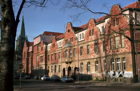 Wrocław (Breslau). Szpital żydowski przy ulicy Wiśniowej, wzniesiony w latach 1898–1903 pod nadzorem architektów Richarda i Paula Ehrlichów. Fot. Piotr Piluk (2002)