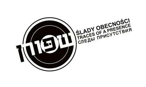 Logo projektu Piotra Piluka z dziedziny fotografii dokumentalnej Ślady obecności. Autor wykonuje zdjęcia od 1989 roku, a projekt istnieje pod tą nazwą od 1999 roku.