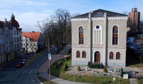 Dzierżoniów (Reichenbach). Synagoga z 1875 roku, czynna w okresie powojennym aż do lat osiemdziesiątych XX wieku. Obecnie jest własnością Fundacji Beiteinu Chaj 2004, łącząc funkcję religijną z funkcją ośrodka kultury. Fot. Piotr Piluk (2015)