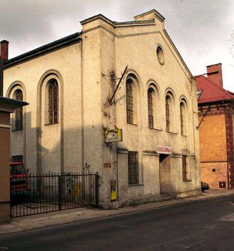 """Opole (Oppeln). Stara Synagoga wzniesiona w latach 1840–1841. Czynna do 1897 roku, czyli do otwarcia Nowej Synagogi, zniszczonej później podczas """"nocy kryształowej"""". Fot. Piotr Piluk (2002)"""