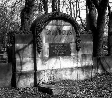 Wałbrzych (Waldenburg). Grobowiec rodziny Thomasów z początku XX wieku na cmentarzu żydowskim założonym w 1902 roku, który jest nadal czynny. Fot. Piotr Piluk (1996)